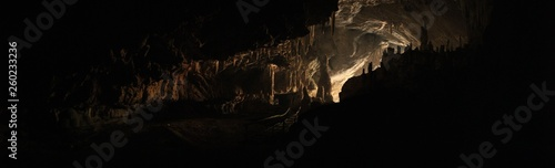 Foto wide angle panoramic view showing the opening of a cave, Thum Lod cave, Bang Ma Pha, in Northern Thailand