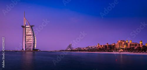 Photo The illuminated Burj al Arab at dawn with the coastline of Dubai