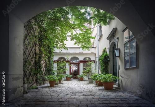 Fotografia Courtyard in the historical center of Vienna. Austria.