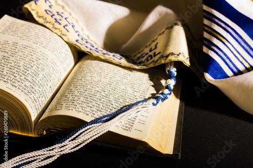 Fotografie, Obraz Hebrew prayer book and a tallit, a jewish prayer shawl