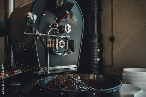 Fotografija Coffee roasting in small roastery