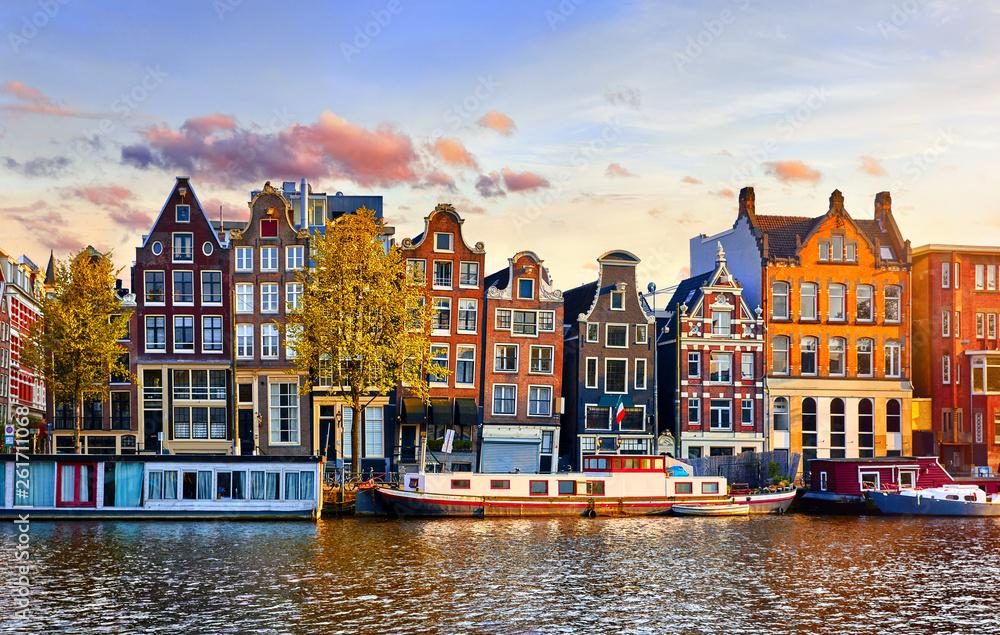 Amsterdam holandii tana domy nad rzecznym Amstel punktem zwrotnym w starym europejskim miasto wiosny krajobrazie. <span>plik: #261711068   autor: Yasonya</span>