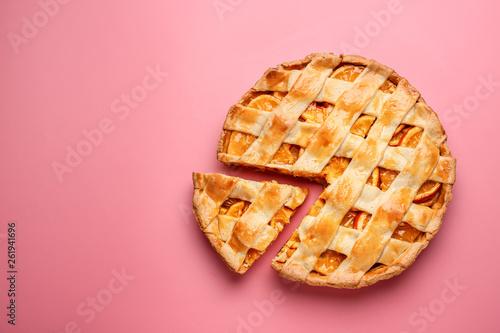 Obraz na płótnie Tasty orange pie on color background