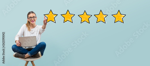 Fotografia Five star rating with young woman using her laptop