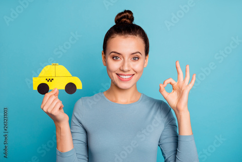 Foto Close up photo top-knot positive satisfied cheerful hipster advertise choose adv