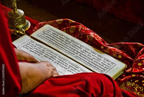 Photo tibet monk buddhist book prayers written language