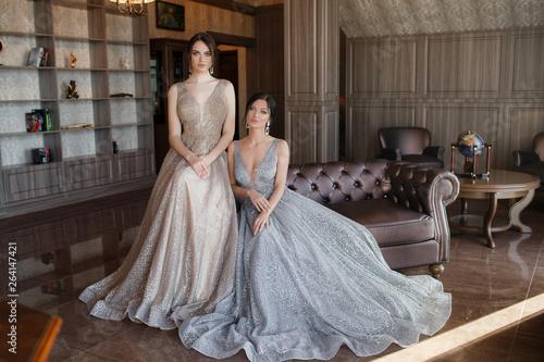 Canvastavla Two sisters in elegant evening dress