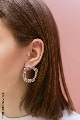 Fotografia earrings on the ears hang