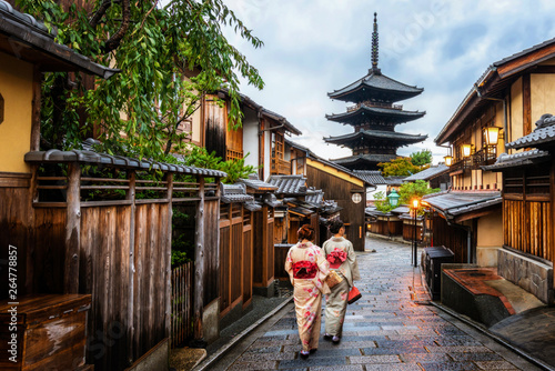 Fototapeta premium Kyoto, Japan Culture Travel - Azjatycki podróżnik chodzący w tradycyjnym japońskim kimonie w dzielnicy Higashiyama na starym mieście w Kioto w Japonii.