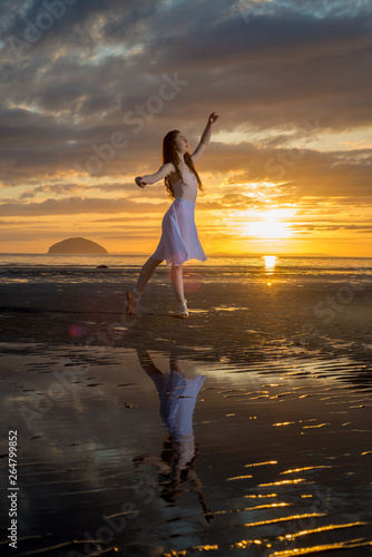Fotografering Dance Against The Sunset