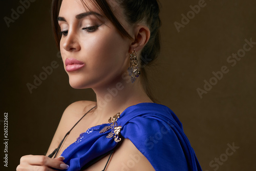 Photographie Close up portrait of a brunette woman against dark background, close-up