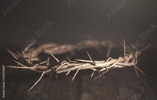 Fotografia Jesus Crown of Thorn in a Dark Moody Environment