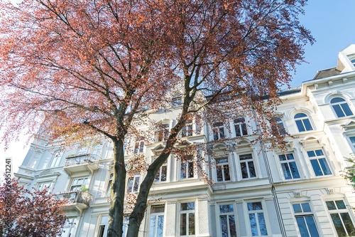 Weiße Fassade von schönem Altbau Mehrfamilienhaus