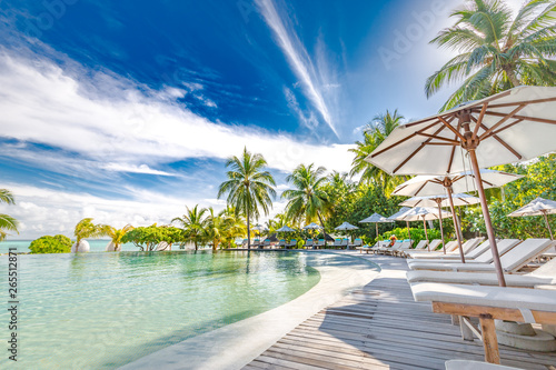 Fotografia Luxury swimming pool in the tropical hotel or resort