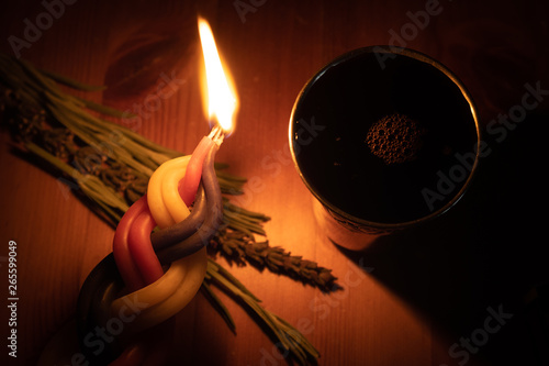 Fotografia A Havdalah candle, wine cup and fragrant plant for the Havdala blessing after Sh