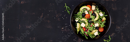 Fotografia Green salad with sliced avocado, cherry tomatoes, black olives and cheese