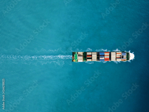 Foto Container ship in export and import