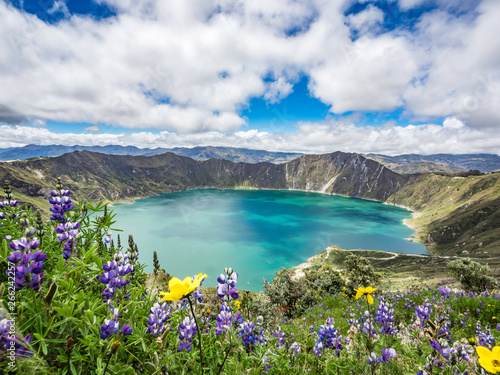 Valokuva Beautiful panoramic scenery overlooking at Quilotoa lake at the crater rim in Qu