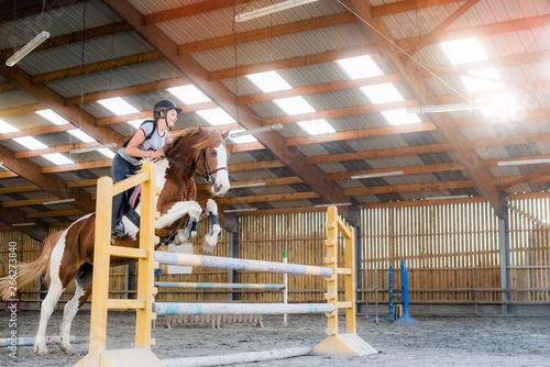 belle cavalière s'entrainant au saut Fototapeta