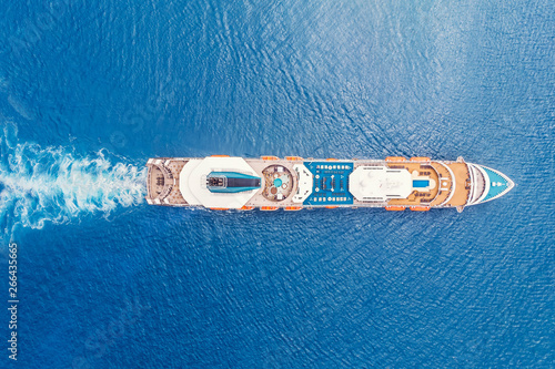 Foto Cruise liner ship in ocean with blue water. Aerial top view