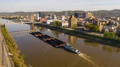 Fotografija Barge Pushes Resources Down the River in Front of Charleston West Virginia