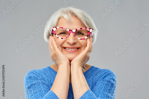 Платно party props, photo booth and old people concept - portrait of amazed smiling sen