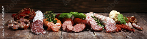 Fotografia cold meat assortment with delicious salami and  fresh herbs