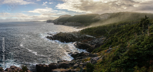 Photo Misty coastal landscapes during sunset on the sugarloaf path near Quidi Vidi Village in Newfoundland, Canada