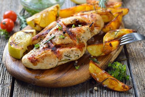 Gegrilltes zartes Hähnchenbrustfilet mit Zitronen-Dip und Rosmarin-Kartoffelecke Fototapete