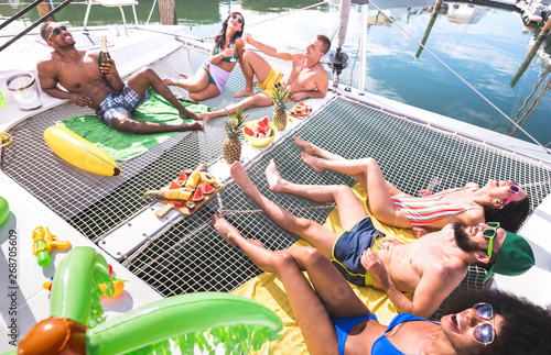 Foto Multiracial happy friends having relax fun at sail boat party - Friendship conce