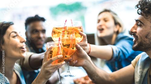 Tablou Canvas Friends drinking spritz at fashion cocktail bar restaurant - Friendship concept