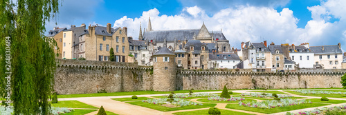 Fotografia Vannes, medieval city in Brittany, view of the ramparts garden with flowerbed