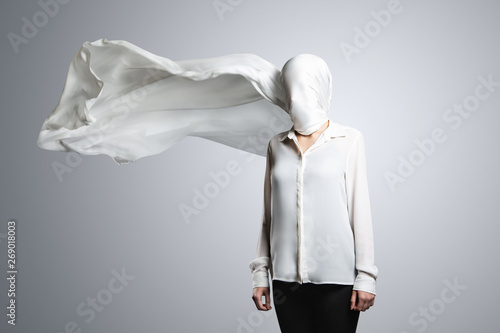 Canvas Print Anonymous model, covered with a white cloth