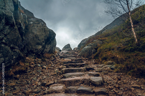 Obraz na plátně Stony path through the cliffs