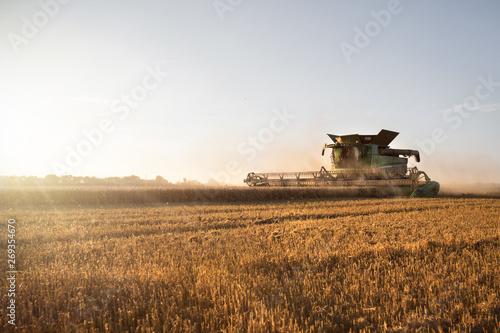 Valokuva Mähdrescher bei der Ernte auf dem Feld