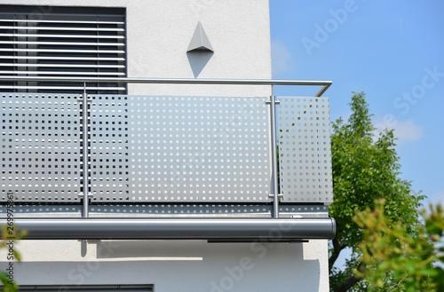 Stampa su Tela Moderner Balkon mit elektrischer Markise, Balkonlampe, Edelstahl-Geländer, Jalou