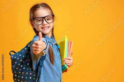 śmieszne dziecko uczennice dziewczyna na żółtym tle.