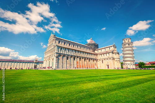 Obraz na plátně Captivating spring view of famous Leaning Tower in Pisa