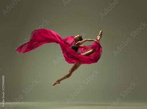 Photo Graceful ballet dancer or classic ballerina dancing isolated on grey studio background