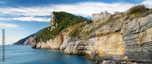 Fotografia Beautiful view of picturesque jagged coastline in Porto Venere village, Liguria,