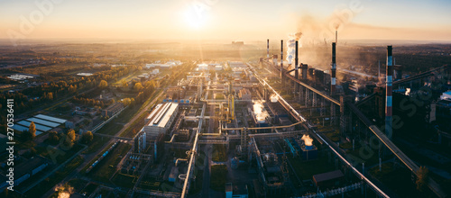 Fotografia industrial landscape with heavy pollution produced by a large factory