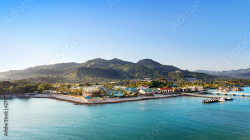 Fotografia Panorama of tropical resort Amber Cove with pier for cruise ships  and resort in