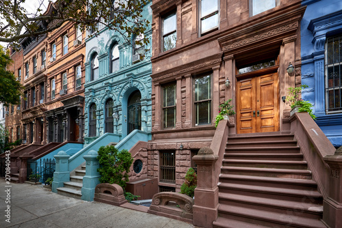 Foto a view of a row of historic brownstones in an iconic neighborhood of Manhattan,