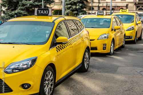 Photo Many yellow taxi cars standing on the Hungarian road