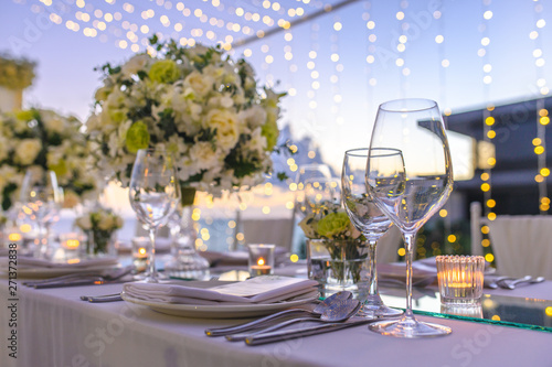 Photographie Table setting at a luxury wedding and Beautiful flowers on the table