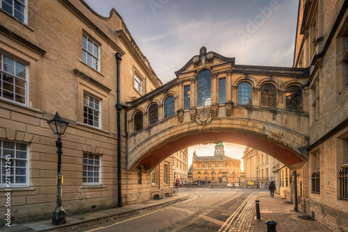 Stampa su Tela Bridge of sign with the Sheldonian theatre background and street lamp foreground