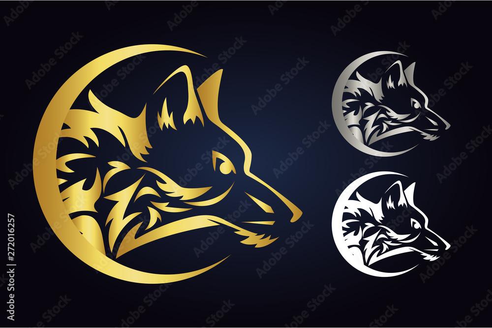 Sylwetka głowy wilka wewnątrz półksiężyca w kolorach złota, srebra i bieli. Widok z boku dzikiego zwierzęcia w półksiężycu. Logo wektor wilk wewnątrz demilune na białym tle na ciemnym tle. <span>plik: #272016257   autor: Art Food</span>
