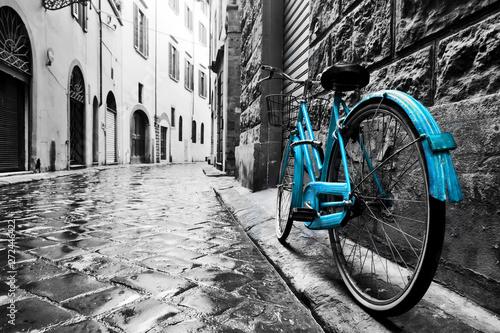 Retro niebieski rower na ulicy starego miasta.