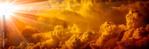 Fotografia Bright Sunlight Shining Through Orange Clouds