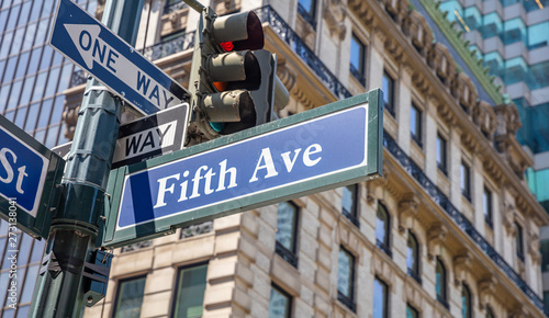 Fotografia 5th ave, Manhattan New York downtown. Blue color street signs,